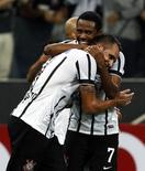 Renato Augusto recebe abraço de Elias em jogo do Corinthians na Copa Libertadores. 04/02/2015  REUTERS/Paulo Whitaker