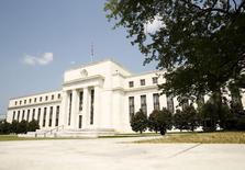 El edificio de la Reserva Federal de Estados Unidos, en Washington, 1 de septiembre de 2015. Los rendimientos de los bonos del Tesoro de Estados Unidos a mediano y largo plazo caían el jueves, mientras que los retornos a dos años operaban cerca de máximos en varios años por expectativas de los operadores de que la Reserva Federal eleve las tasas de interés hoy por primera vez desde 2006. REUTERS/Kevin Lamarque