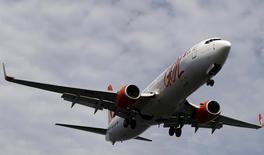 Un avión de la aerolínea brasileña Gol se prepara para aterrizar en el aeropuerto Santos Dumont en Río de Janeiro, Brasil, 1 de julio de 2015. La aerolínea brasileña Gol está en conversaciones avanzadas con Boeing relacionadas con la posible adquisición de aviones 737-900 para su flota, dijo el jueves el presidente ejecutivo de la empresa. REUTERS/Sergio Moraes