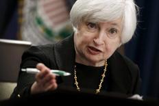 La présidente de la Réserve fédérale, Janet Yellen. La Fed a laissé jeudi ses taux d'intérêt inchangés en évoquant les inquiétudes suscitées par la situation économique mondiale, sans exclure totalement la possibilité d'un léger durcissement de sa politique monétaire d'ici la fin de l'année. /Photo prise le 17 septembre 2015/REUTERS/Jonathan Ernst