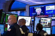 La Bourse de New York a débuté dans le rouge vendredi, face à l'incertitude sur les perspectives économiques mondiales mise en avant par la Réserve fédérale pour justifier le maintien de sa politique monétaire. Quelques minutes après le début des échanges, l'indice Dow Jones perd 1,43%, le Standard & Poor's 500 recule de 1,2% et le Nasdaq Composite cède 1,17%. /Photo prise le 17 septembre 2015/REUTERS/Lucas Jackson