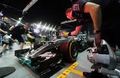 Lewis Hamilton no box da Mercedes durante treino livre para GP de Cingapura de F1. 18/09/2015 Action Images / Hoch Zwei