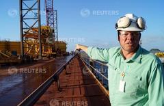 Adriano Mansk, jefe de logística del proyecto del noreste, muestra el muelle en construcción de la minera brasileña Vale en el puerto de Sao Luis. REUTERS/Gustavo Bonato