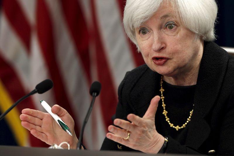 RESUMEN-Una dividida Fed se debate entre los problemas de la...