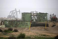 Нефтехранилища и станки-качалки в Бейкерсфилде, Калифорния 17 января 2015 года. Цены на нефть растут за счет снижения числа действующих буровых установок в США. REUTERS/Lucy Nicholson