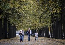 Семья гуляет в парке в Москве 20 сентября 2015 года. Рабочая неделя в Москве будет тёплой, свидетельствует усредненный прогноз, составленный на основании данных Гидрометцентра России, сайтов intellicast.com и gismeteo.ru. REUTERS/Maxim Shemetov