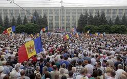 Протестующие в центре Кишинева 6 сентября 2015 года. Глава центрального банка Молдавии и его первый зам подали в отставку в понедельник, когда национальная валюта опустилась до семимесячного минимума на фоне банковского кризиса, выведшего на улицы тысячи человек. REUTERS/Valery Korchmar
