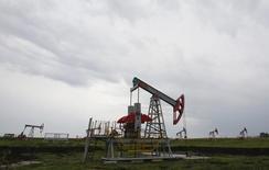 Una unidad de bombeo de petróleo en el norte de Ufa, Rusia, 11 de julio de 2015.  El Gobierno de Rusia ha estado discutiendo las maneras de abordar un difícil entorno económico si el petróleo llegara a caer hasta los 30 dólares por barril el próximo año, reportó el lunes el diario RBC, citando fuentes del Ejecutivo. REUTERS/Sergei Karpukhin