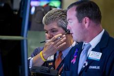 Operadores trabajando en la Bolsa de Nueva York, 25 de agosto de 2015. Las acciones subían el lunes en la bolsa de Nueva York, recuperando parte de las grandes pérdidas que registraron la semana pasada tras la decisión de la Reserva Federal de mantener las tasas de interés cercanas a cero. REUTERS/Brendan McDermid
