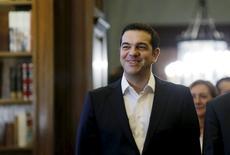 Négocier un allègement de la dette grecque figurera en tête des priorités du nouveau gouvernement d'Alexis Tsipras, selon un cadre influent du parti Syriza, reconduit au pouvoir lors des élections législatives de dimanche en Grèce. Plusieurs gouvernements européens, à commencer par l'Allemagne, s'opposent à une réduction de la dette grecque mais ne sont pas hostiles à son rééchelonnement. /Photo prise le 21 septembre 2015/REUTERS/Alkis Konstantinidis