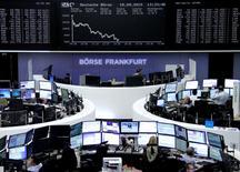 Operadores trabajando en la Bolsa de Fráncfort, Alemania, 18 de septiembre de 2015. Las acciones europeas se recuperaron el lunes lideradas por los sectores de cuidado de la salud, bancos y químico, aunque el derrumbe de los papeles de Volkswagen limitó el avance de la bolsa alemana. REUTERS/Staff/remote