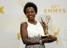 Viola Davis ganha troféu no prêmio Emmy em Los Angeles.  20/9/2015.  REUTERS/Mike Blake