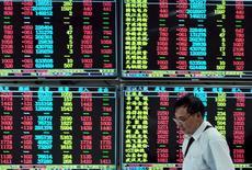 Инвестор в брокерской конторе в Цзюцзяне. 16 сентября 2015 года. Азиатские фондовые рынки выросли во вторник благодаря местным факторам. REUTERS/China Daily