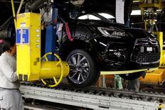 Le secteur automobile, en baisse de 7,68%, accentue sa chute entamée la veille après la révélation d'un trucage des tests anti-pollution chez Volkswagen, le scandale prenant désormais une ampleur internationale. PSA, plus forte baisse du CAC 40, et RENAULT chutent respectivement 8,59% et 7,30%. L'indice CAC 40 abandonne 2,7% à 12h50. /Photo d'archives/REUTERS/Benoît Tessier