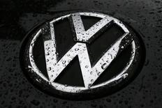 Gotas de lluvia vistas en la placa de un vehículo diésel de Volkswagen, en el centro de Londres, 22 de septiembre de 2015. El escándalo que envuelve a Volkswagen AG, que admitió que amañó las pruebas de emisiones de sus vehículos diésel en Estados Unidos, se extendió el martes a Corea del Sur, que dijo que investigaría tres de los modelos diésel de la automotriz. REUTERS/Stefan Wermuth