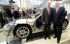 Volkswagen s'apprête à limoger le président de son directoire, Martin Winterkorn (à droite), et à le remplacer par le patron de Porsche, Matthias Müller (à gauche), après les accusations de truquage des tests d'émissions polluantes des autorités américaines, rapporte mardi le quotidien allemand Tagesspiege. /Photo d'archives/REUTERS/Fabian Bimmer