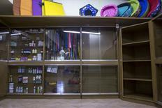 Shelves which would usually contain food for cats and dogs and others supplies sit almost empty in Caracas, Venezuela September 22, 2015. Venezuelan pet shops are struggling to stock shelves with food and medicine due to economic crisis, forcing dog and cat owners to stretch feed and police to ration food for canine units. REUTERS/Marco Bello