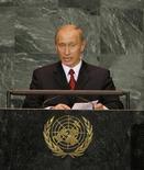 Президент России Владимир Путин выступает на сессии Генеральной Ассамблеи ООН в Нью-Йорке 15 сентября 2005 года. Мировые лидеры съедутся на ежегодную встречу в ООН в момент, когда Европа тонет в потоке беженцев, спасающихся от гражданской войны в Сирии на пике самого острого гуманитарного кризиса с момента основания Генеральной Ассамблеи 70 лет назад. REUTERS/Ray Stubblebine  HB/mk