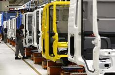 Varios hombres en una línea de ensamblaje de la fábrica de MAN en Munich el 30 de julio de 2015. El crecimiento de la actividad empresarial en la zona euro se ralentizó en septiembre al debilitarse la demanda asiática, lo que llevó a la creación de menos empleos y obligó a las fábricas a reducir la producción, aún cuando las compañías elevaron precios por primera vez en más de cuatro años, mostró el miércoles una encuesta. REUTERS/Michaela Rehle