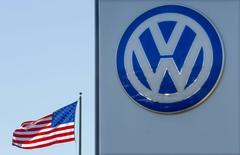 Volkswagen commencera vendredi à désigner des personnes considérées comme responsables de la manipulation de tests d'émission anti-pollution. Le conseil de surveillance dévoilera ces noms tout en annonçant le successeur du président du directoire démissionnaire, Martin Winterkorn. /Photo prise le 23 septembre 2015/REUTERS/Mike Blake