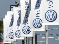 Carteles con el logo de Volkswagen en una automotora de la compañìa, en San Diego, California, 23 de septiembre de 2015. Volkswagen deberá actuar rápido, llamar a revisión y reequipar los modelos manipulados para aprobar las pruebas de emisiones estadounidenses, a fin de reducir el impacto a largo plazo en su reputación, dijeron los colectivos de concesionarios y de protección al consumidor. REUTERS/Mike Blake