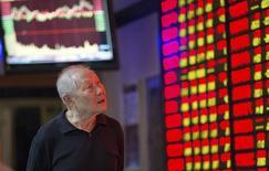 Un inversor mira un tablero electrónico que muestra la información de las acciones en una correduría en Nanjing, China, 22 de septiembre de 2015. Las acciones chinas rebotaron el jueves, pero la confianza de los inversores en la economía se mantuvo inestable, lo que limitó las ganancias. REUTERS/Stringer