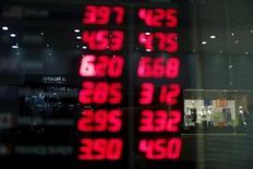 Un tablero que muestra la tasa cambiaria entre el real brasileñó y el dólar estadounidense, afuera de una casa de cambios en Río de Janeiro, Brasil, 23 de septiembre de 2015. El costo de asegurar la deuda soberana de Brasil saltó el jueves a máximos de casi siete años mientras la moneda del país se hundía a un nuevo mínimo récord y los inversores se deshacían de sus bonos soberanos. REUTERS/Pilar Olivares