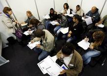 Candidatos preenchendo fichas de emprego em São Paulo.  11/05/2015   REUTERS/Paulo Whitaker