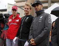 Pilotos da Mercedes Lewis Hamilton e Nico  Rosberg e piloto da Ferrari Sebastian Vettel durante evento em Suzuka. 24/09/2015 REUTERS/Toru Hanai