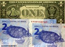 Nota de um dólar atrás de notas de dois reais.  22/09/2015    REUTERS/Paulo Whitaker