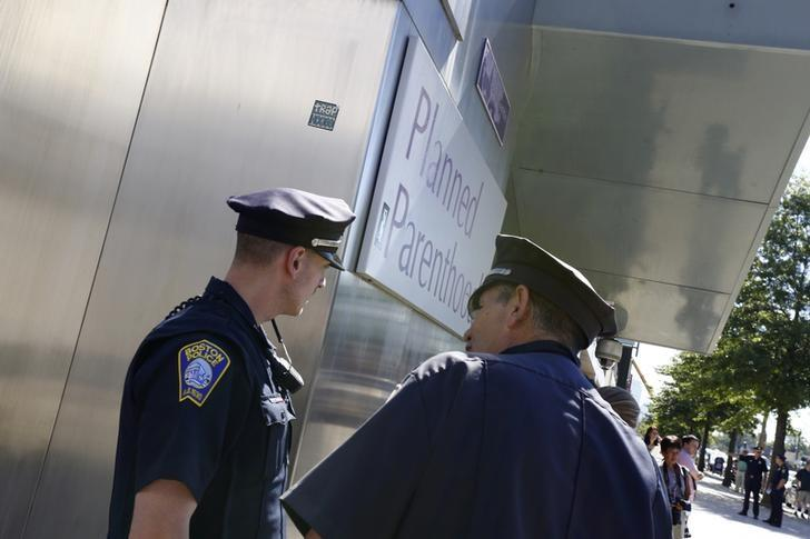 Boston police officers stand in front of a Planned Parenthood clinic in Boston, Massachusetts, June 28, 2014.  REUTERS/Dominick Reuter