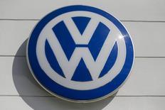 El logo de Volkswagen en una automotora en Nueva York, 21 de septiembre de 2015. Volkswagen despedirá el viernes a tres altos ejecutivos, dijeron fuentes el jueves, en momentos en que la automotriz alemana intenta recuperarse de un escándalo de manipulación de pruebas de emisiones de gases tóxicos de sus vehículos en Estados Unidos. REUTERS/Shannon Stapleton -