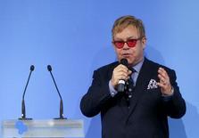 Vladimir Poutine a décroché son téléphone jeudi pour appeler  Elton John, victime la semaine dernière d'un canular. Le chanteur britannique s'était fait piéger par deux humoristes russes. /Photo prise le 12 septembre 2015/REUTERS/Valentyn Ogirenko