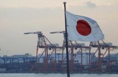 Le gouvernement japonais a revu en baisse son diagnostic de la situation économique du pays, soulignant les risques posés par la Chine et la perspective d'une remontée des taux d'intérêt aux Etats-Unis et le Premier ministre Shinzo Abe s'est dit prêt à réagir à tout retournement de l'économie nippone, y compris par le biais de l'arme monétaire. /Photo d'archives/REUTERS/Yuya Shino