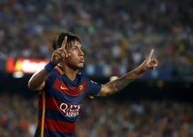 Neymar comemorando gol em partida contra a Roma na Espanha.   05/08/2015   REUTERS/Albert Gea