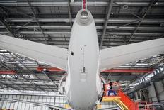 Airbus a demandé à ses fournisseurs associés à l'A320 de réduire leurs prix d'au moins 10% d'ici 2019 afin d'accroître la rentabilité de ce programme phare du constructeur aéronautique européen/Photo prise le 12 août 2015/REUTERS/Damir Sagolj