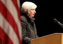 La presidenta de la Reserva Federal de Estados Unidos, Janet Yellen, habla en la Universidad de Massachussetts, en Amherst, 24 de septiembre de 2015. Los precios de los bonos del Tesoro de Estados Unidos caían el viernes, luego que la presidenta de la Reserva Federal, Janet Yellen, revivió la expectativa de un alza de la tasa de interés a fines de este año y tras datos que mostraron que la economía del país creció más de lo previsto en el segundo trimestre. REUTERS/Mary Schwalm -