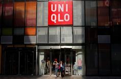 """Le groupe japonais Fast Retailing, surtout connu par son enseigne d'habillement Uniqlo, n'observe, selon son directeur général, """"absolument aucun"""" impact sur ses activités du ralentissement économique en Chine. /Photo d'archives/REUTERS/Petar Kujundzic"""