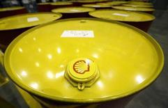 Royal Dutch Shell annonce l'arrêt de toute exploration dans les eaux au large de l'Alaska, le géant pétrolier ajoutant son intention de passer une provision de 4,1 milliards de dollars (3,7 milliards d'euros) faute d'avoir trouvé suffisamment de pétrole dans la région. /Photo d'archives/REUTERS/Sergei Karpukhin