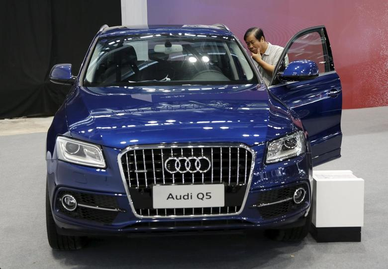 A visitor inspects an Audi Q5 model during the Imported Auto Expo in Beijing, China, September 24, 2015.  REUTERS/Kim Kyung-Hoon