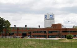 Alcoa annonce le projet de se scinder en deux en 2016, séparant son coeur de métier dans l'aluminium de ses activités à valeur ajoutée, liées notamment aux industries aéronautique et automobile. /Photo d'archives/REUTERS/Wade Payne