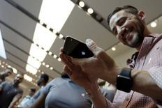 Un hombre sostiene un iPhone 6 Plus, en el inicio de la venta de los nuevos modelos iPhone de Apple, en una tienda de la compañía en Los Ángeles, California, 25 de septiembre de 2015. Apple dijo el lunes que vendió más de 13 millones de teléfonos iPhone 6s y 6s Plus en el primer fin de semana en el mercado, un nuevo récord para su producto insignia. REUTERS/Jonathan Alcorn