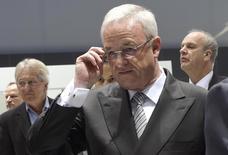 Глава Volkswagen Мартин Винтеркорн перед годовым собранием акционеров в Ганновере. 5 мая 2015 года. Немецкие правоохранительные органы в понедельник начали расследование в отношении бывшего руководителя Volkswagen Мартина Винтеркорна по делу о мошенничестве с тестами выхлопов автомобилей. REUTERS/Fabian Bimmer