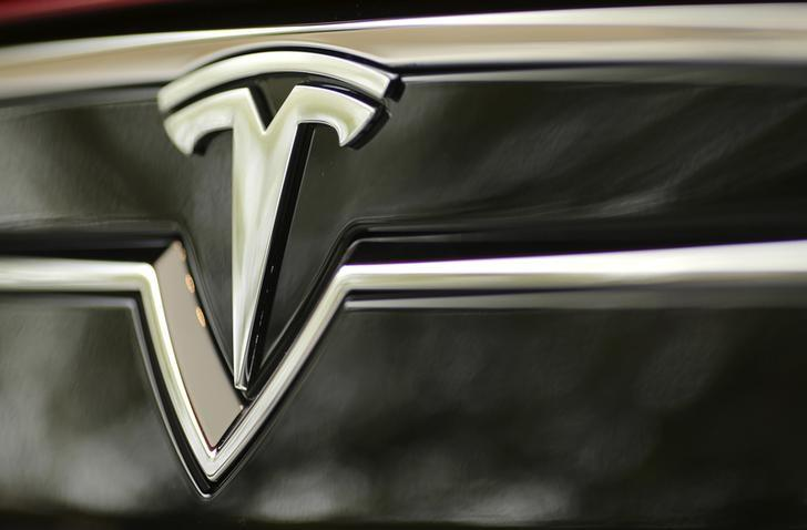 A Tesla Motors logo is shown on a Tesla Model S at a Tesla Motors dealership at Corte Madera Village, an outdoor retail mall, in Corte Madera, California May 8, 2014. REUTERS/Robert Galbraith