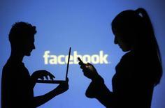 Facebook a restauré l'accès à son site internet lundi, un temps inaccessible à la plupart de ses utilisateurs, la deuxième panne de grande ampleur subie par le réseau social en moins d'une semaine. Selon le site spécialisé de suivi des pannes Currentlydown.com, Facebook a été inaccessible pendant 42 minutes. /Photo d'archives/REUTERS/Dado Ruvic