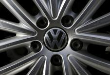 Volkswagen a annoncé mardi qu'il préparait des mesures techniques pour ses moteurs diesels contenant un logiciel de manipulation des émissions polluantes, ce qui pourrait ouvrir la voie au rappel de 11 millions de voitures à travers le monde. /Photo prise le 24 septembre 2015/REUTERS/Jim Young
