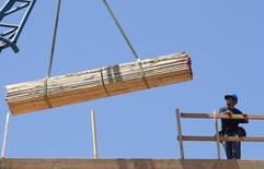 Trabajadores en la construcción de un nuevo complejo de apartamentos, en Santa Monica, California, 27 de mayo de 2008. Los precios de las viviendas unifamiliares subieron en julio, igualando el ritmo del alza de precios de junio, pero quedaron por debajo de lo proyectado por analistas, mostró un informe divulgado el martes. REUTERS/Lucy Nicholson