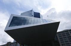 La sede del BCE en Fráncfort, el 3 de septiembre de 2015. Standard and Poor's estimó el miércoles que el Banco Central Europeo podría duplicar el tamaño de su programa de compras de activos en los próximos meses y sugirió que la economía de China podría sufrir una desaceleración más pronunciada de lo previsto. REUTERS/Ralph Orlowski