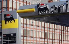 Una estación de servicio del grupo energético italiano ENI, en el centro de Roma, 23 de febrero de 2011. México adjudicó el miércoles tres contratos de hidrocarburos de los cinco que puso en licitación, en línea con lo esperado por el regulador del sector para la segunda subasta de la llamada Ronda Uno. REUTERS/Remo Casilli