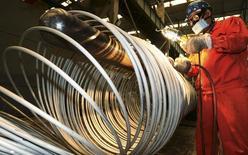 Un trabajador pule unas bobinas de acero en una fábrica en Dalian, China, 1 de septiembre de 2015. La actividad en el vasto sector fabril de China se contrajo de nuevo en septiembre luego de que la demanda se debilitó en el país y en el extranjero, lo que avivó los temores de que la segunda mayor economía del mundo podría estar enfriándose más rápido que lo previsto. REUTERS/China Daily